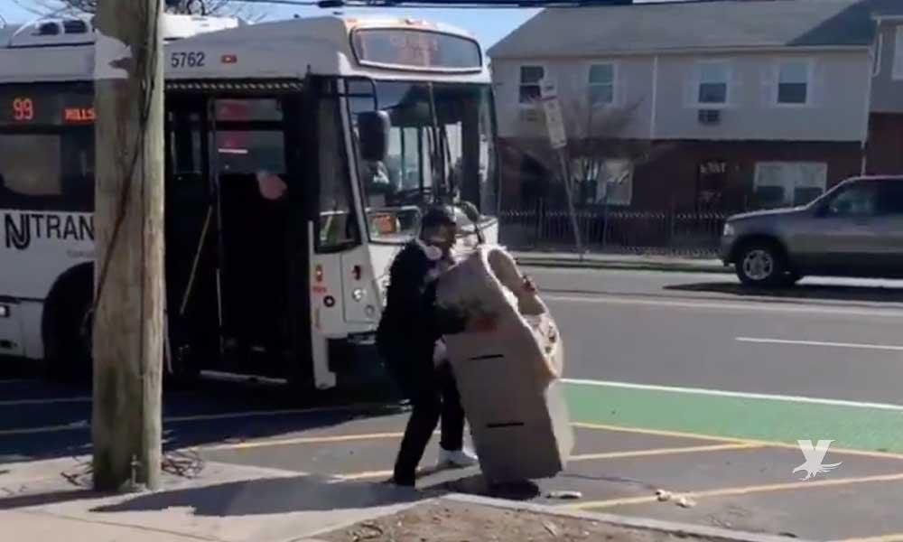 Hombre roba cajero automático, intentó huir a bordo de un autobús