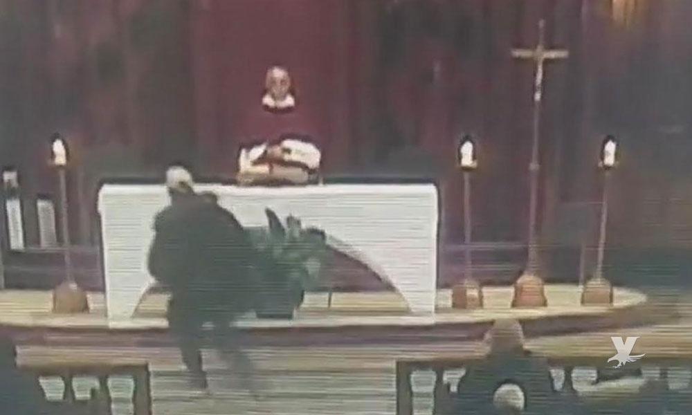 (VIDEO) Apuñalan a sacerdote en transmisión en vivo