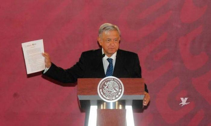 Firma AMLO compromiso de no reelección