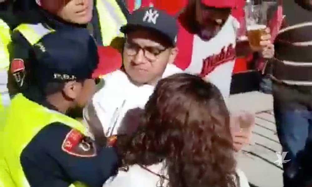 """(VIDEO) Aficionado golpea a policía por impedirle """"orinar"""" en las escaleras del nuevo estadio de los Diablos"""