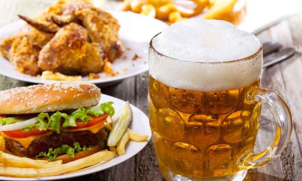 Científicos explican porque cuando se bebe cerveza se antoja la comida chatarra