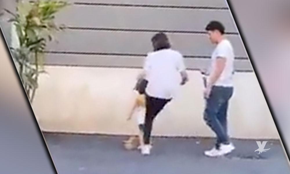 (VIDEO) Mamá patea a su hija de 3 años por no posar bien para una fotografía