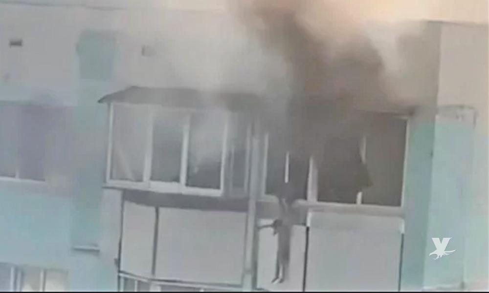 Madre arroja a su hijo desde el tercer piso de un edificio en llamas y después se arroja ella