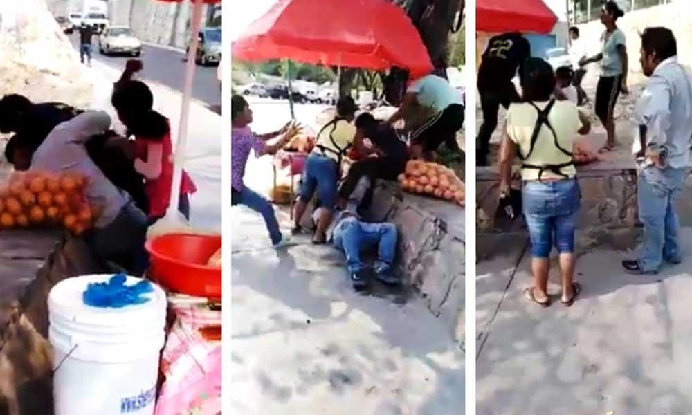 (VIDEO) Hondureños golpean a familia mexicana que recolectaba firmas para sacarlos del país