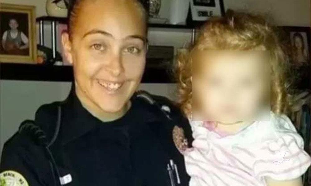 Oficial de policía encerró a su hija en el carro para poder tener relaciones con su jefe