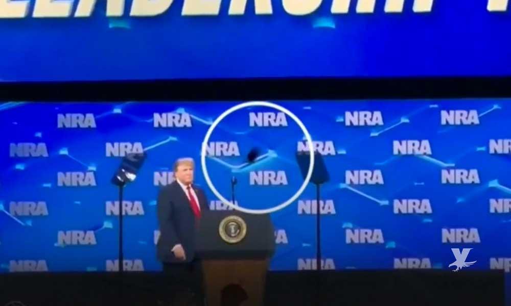 (VIDEO) Agreden con celular a Donald Trump antes de una conferencia