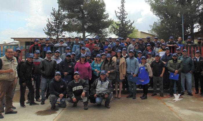 Imparten capacitación sobre el ahorro del agua y electricidad a intendentes de centros escolares en Tecate