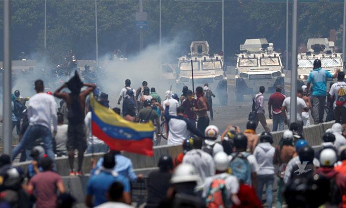 (VIDEO) Militares atropellan a protestantes en las calles de Venezuela