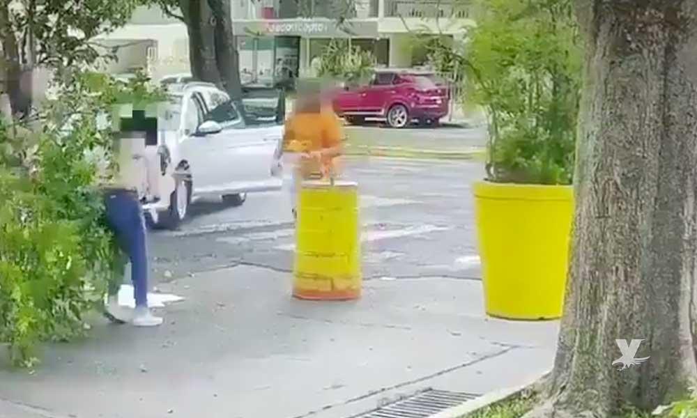 (VIDEO) Hombre atropelló a su ex pareja y después la acuchilló en varias ocasiones hasta su muerte