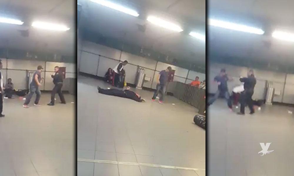 (VIDEO) Vendedor ambulante golpea y noquea a policía en pelean dentro del metro