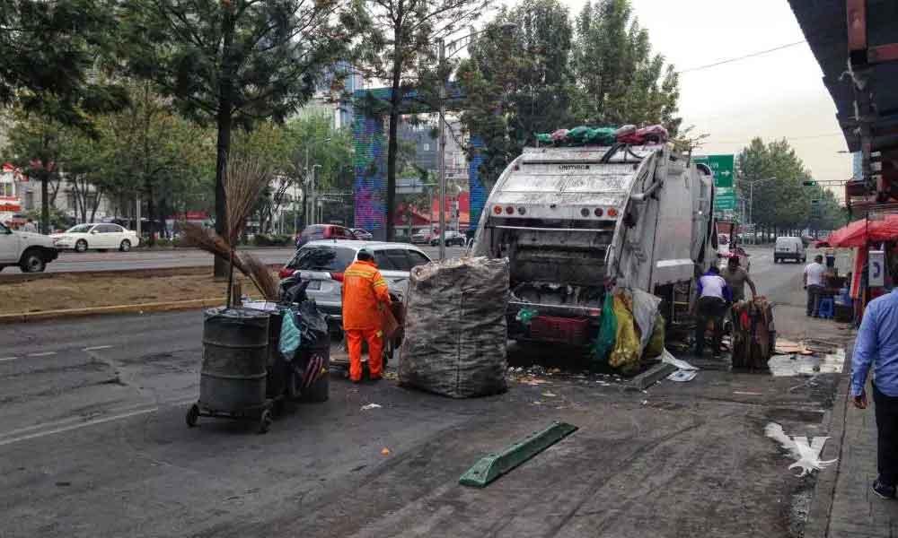 Mujer pide ayuda a recolectores de basura para llevarse el cuerpo de su marido