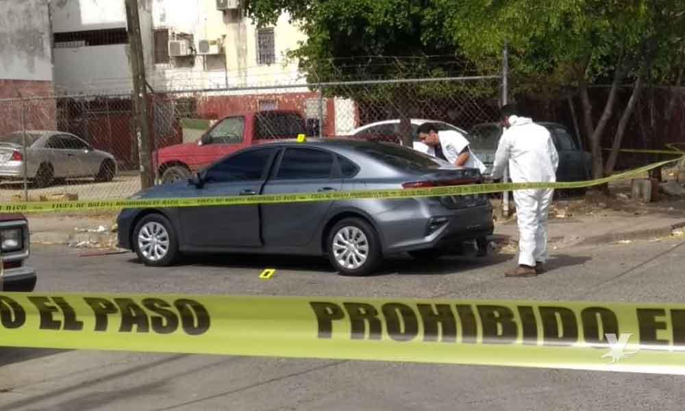 Abandonan carro en Tijuana con un cadáver en el interior