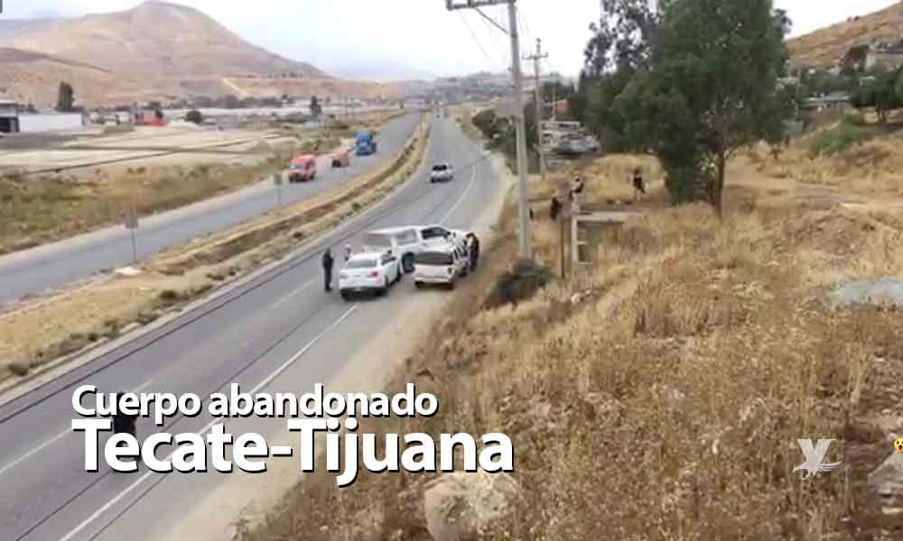 Abandonan camioneta con dos cuerpos en carretera Tecate-Tijuana.