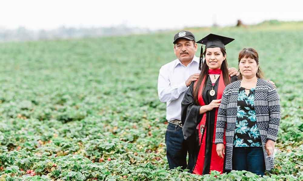 Estudiante realiza sesión en el campo junto a sus padres para agradecerles su apoyo