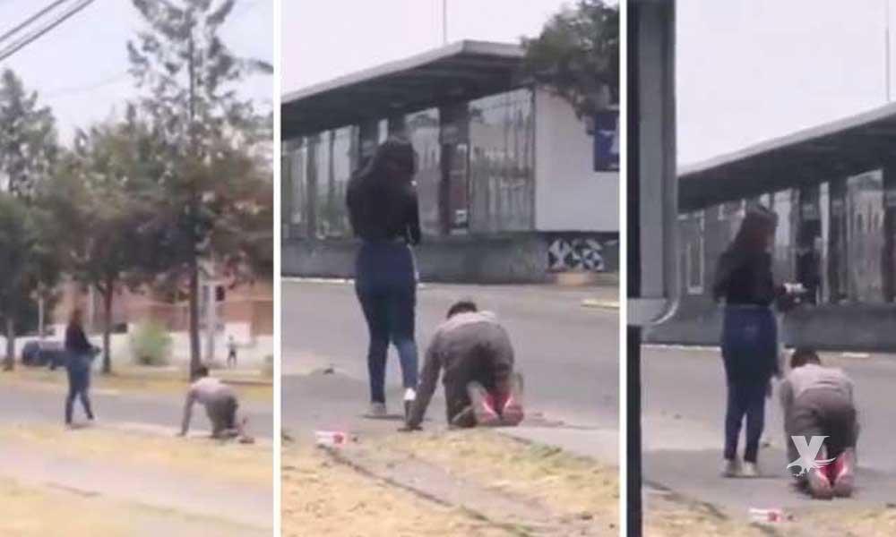 (VIDEO) Hombre se arrastra tras su novia para que lo perdone