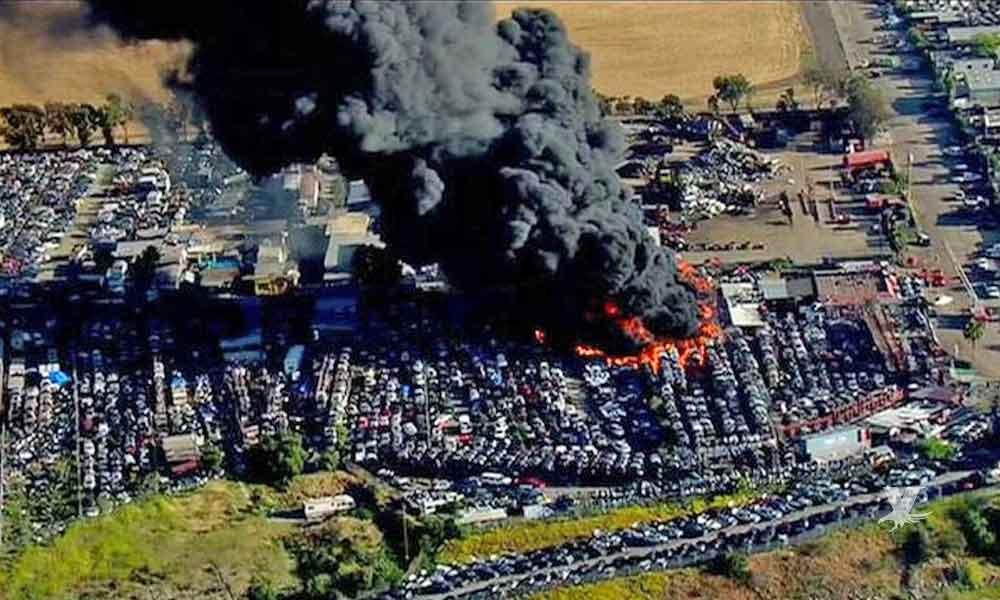 Fuerte incendio de chatarra en San Diego