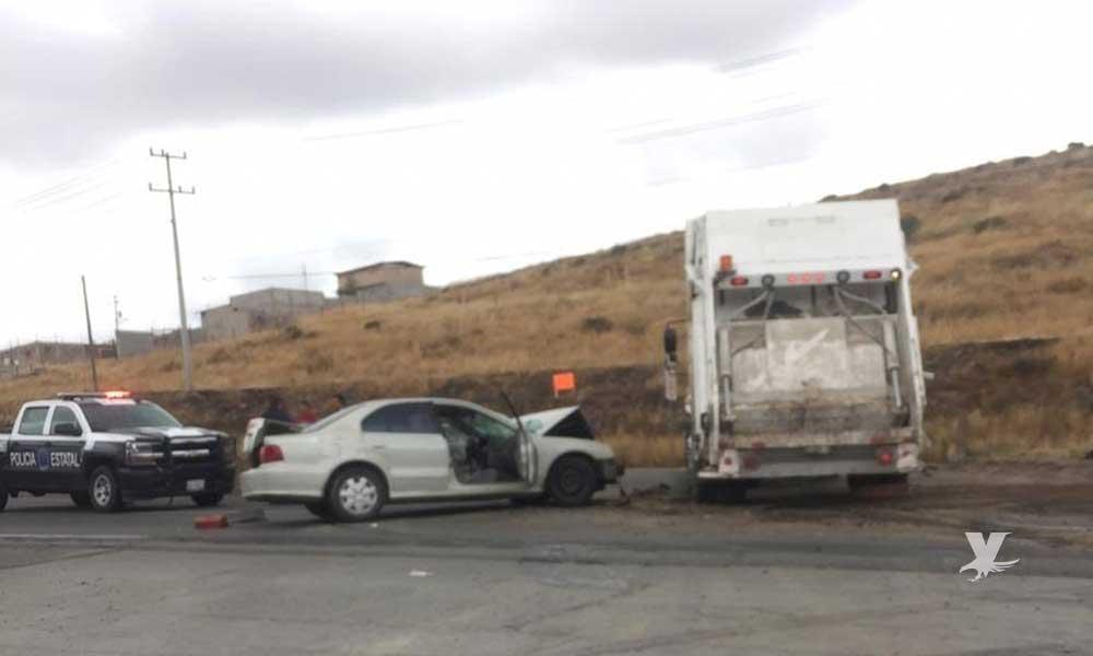 Choque entre vehículo particular y camión recolector en carretera Tecate-Tijuana