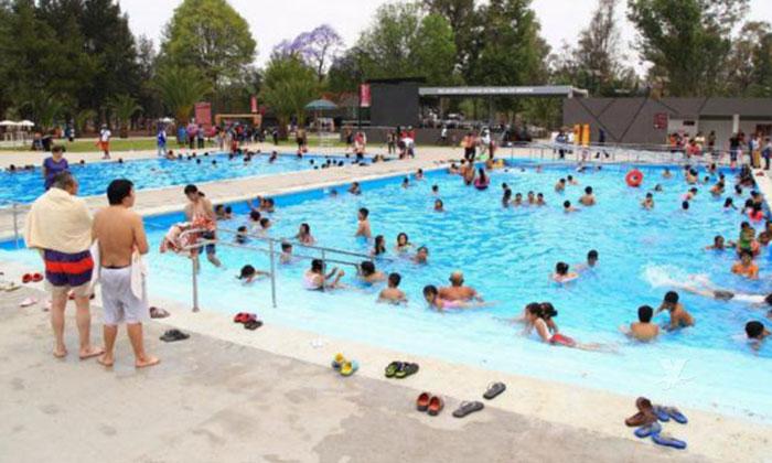 Orina y otros fluidos son un constante peligro de las piscinas