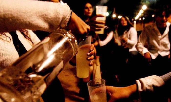 """Jóvenes utilizan alternativa para emborracharse llamada """"Tampones en las rocas"""""""