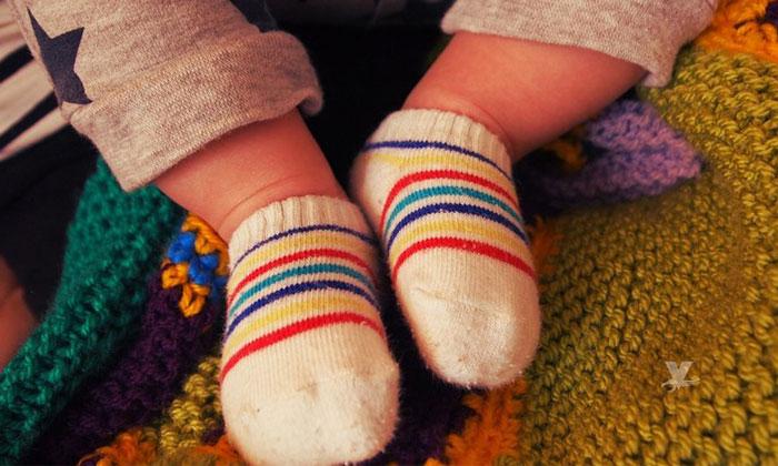 ¡Cuidado! Por este químico no debes dejar que los bebés chupen los calcetines