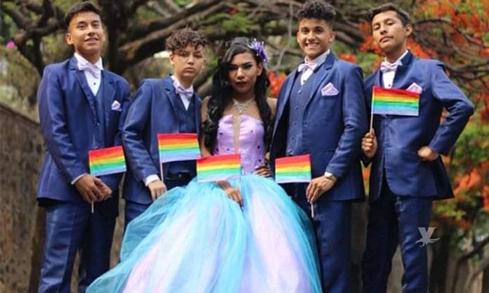 (VIDEO) Joven perteneciente a la comunidad LGBTQ celebra sus XV años con vestido y chambelanes