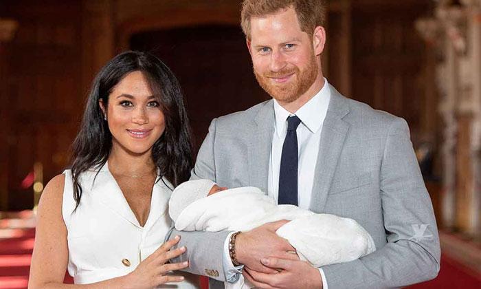 El Príncipe Harry y Meghan Markle presentan ante el mundo a su bebé por primera vez