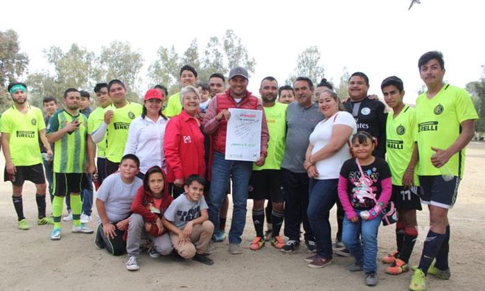 Firma Javier Urbalejo compromisos con comunidades rurales de Tecate