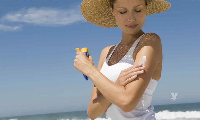 ¡Cuidado! Químicos de los protectores solares llegan a la sangre y podrían causar cáncer