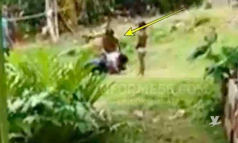 (VIDEO) Hombre es captado golpeando a su esposa con un palo frente a sus hijos