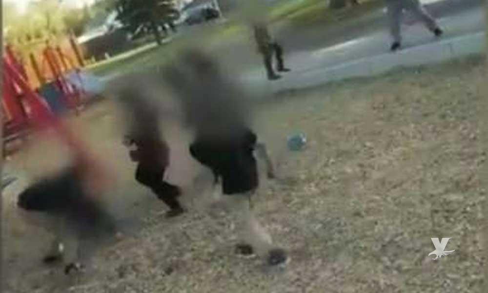 (VIDEO) Grupo de niños golpean a mujer que les llamó la atención por arrojarle piedras a un anciano