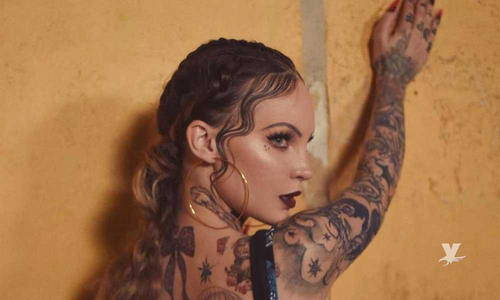 (FOTOS) Belinda se tatúa el cuerpo completo