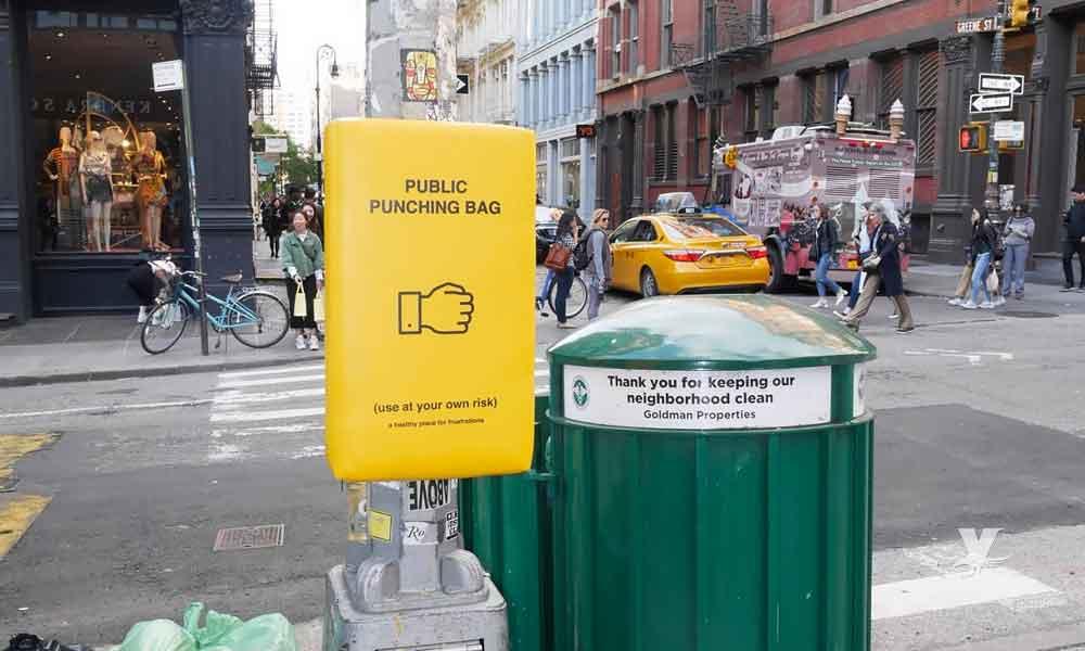 Nueva York coloca costales de box en las calles para combatir el estrés