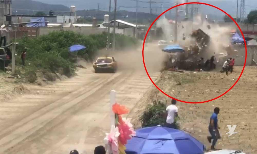 (VIDEO) Auto pierde el control en carreras dentro de una feria y se impacta contra el público