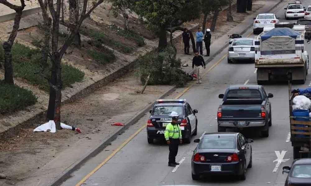 Motociclista pierde la vida en aparatoso accidente en la vía rápida de Tijuana