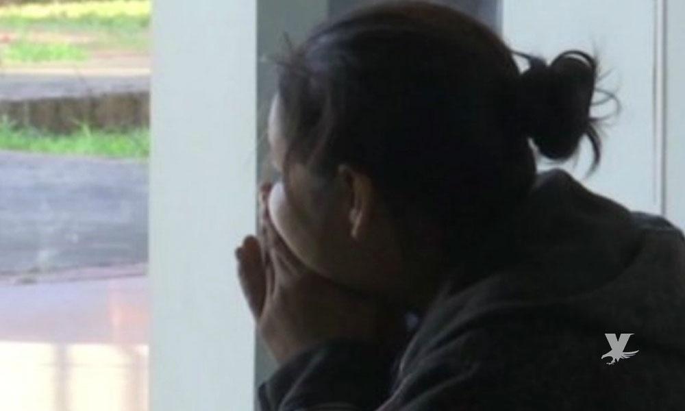(VIDEO) Mujer enojada clava a su esposo unas tijeras por no avisarle que se iba a jugar fútbol