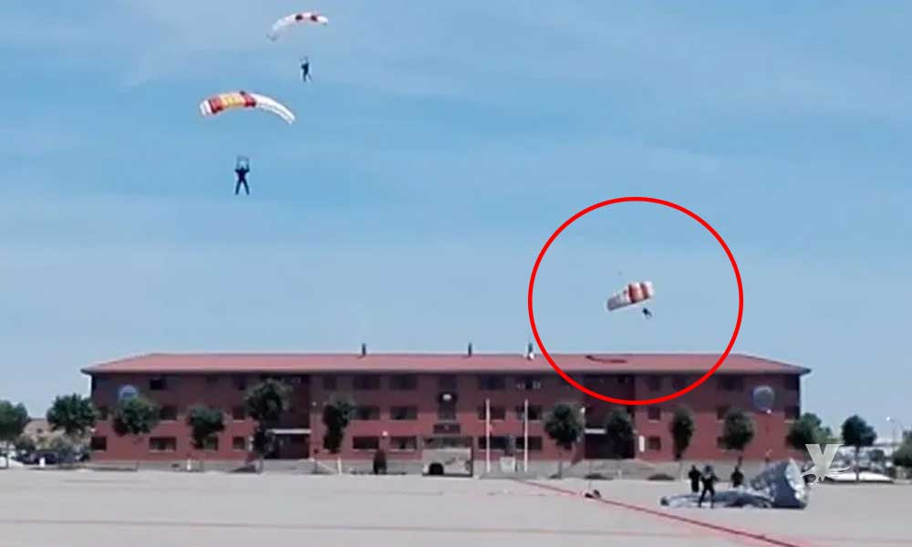 (VIDEO) Paracaidista pierde el control y termina chocando contra el techo de una construcción