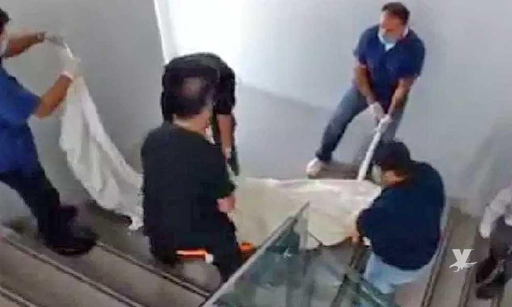 (VIDEO) Personal médico del ISSSTE arrastran cadáver por las escaleras