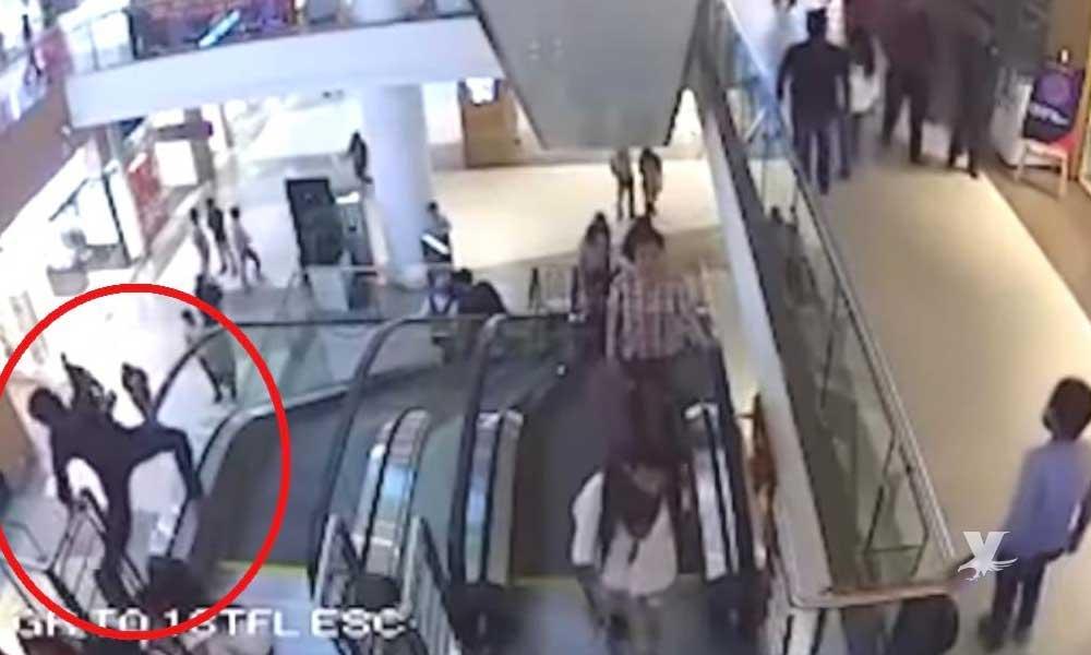 (VIDEO) Niño muere al caer en un centro comercial de las escaleras eléctricas