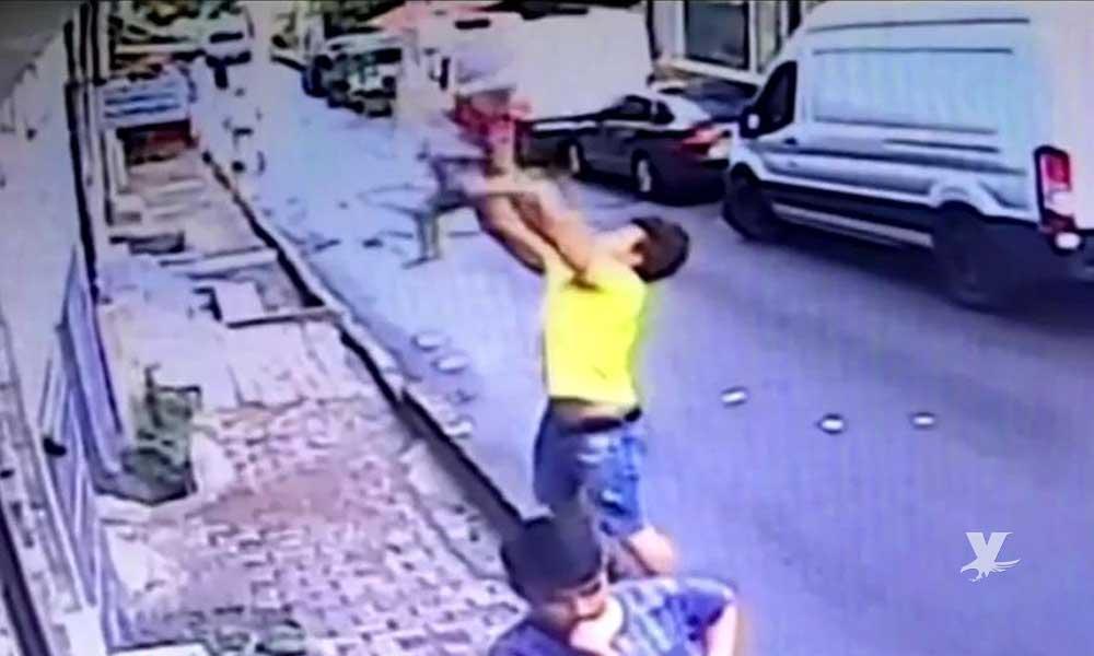 (VIDEO) Joven 'atrapa' y salva la vida a niña que cayó del segundo piso