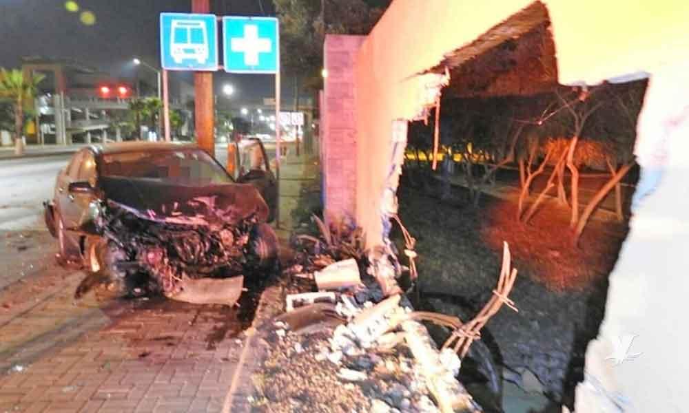 Hombre choca su vehículo contra barda militar en Ensenada