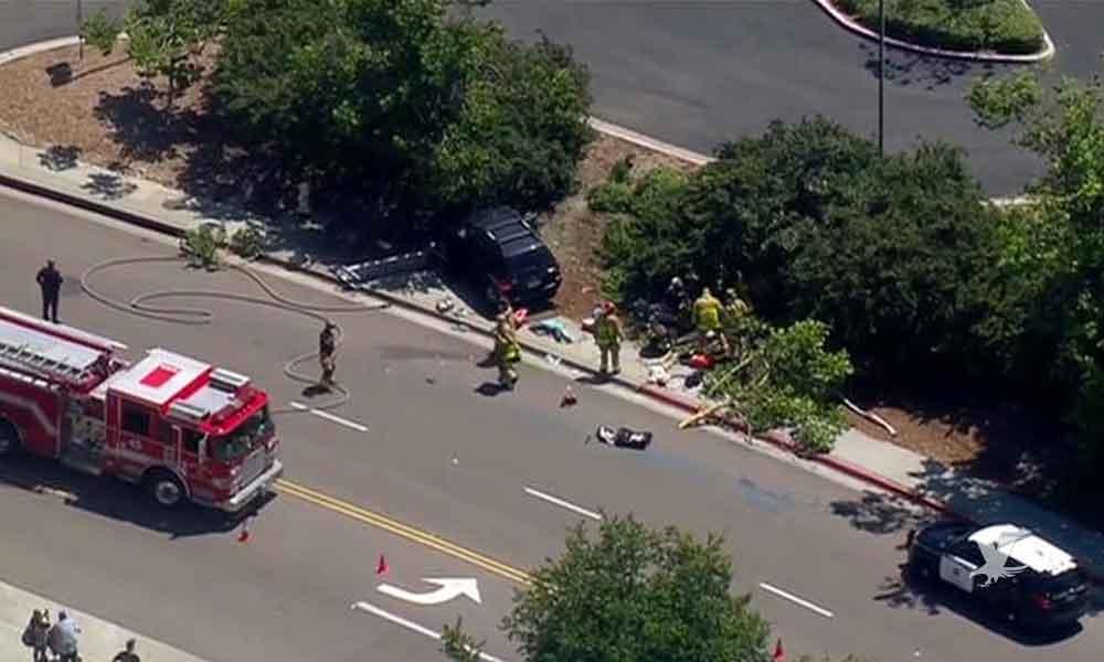 Hombre pierde el control de su camioneta en San Diego, impacta contra árbol y mata a dos personas