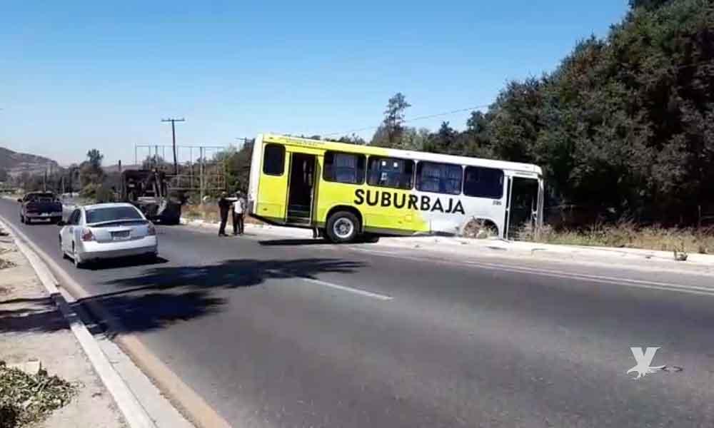 Accidente entre camión SuburBaja y auto particular frente a Issstecali en Tecate