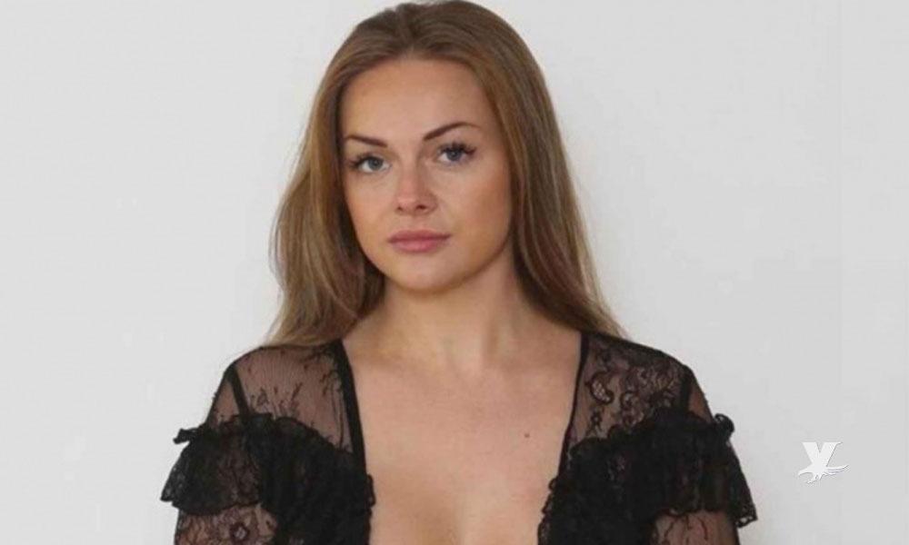 Mujer es bajada de un avión por utilizar blusa muy escotada y transparente