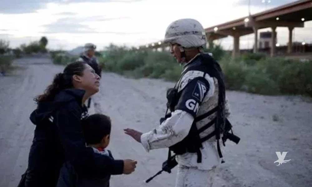 Migrante llora y suplica a militar la deje pasar para ingresar a Estados Unidos