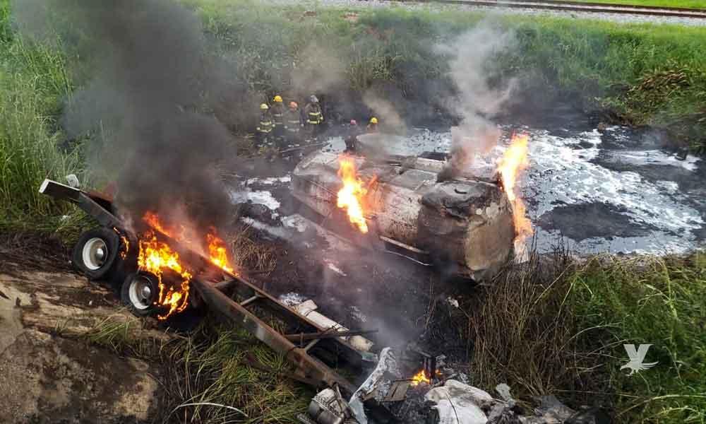 (VIDEO) Pipa cargada de diésel cae de puente en Veracruz y explota