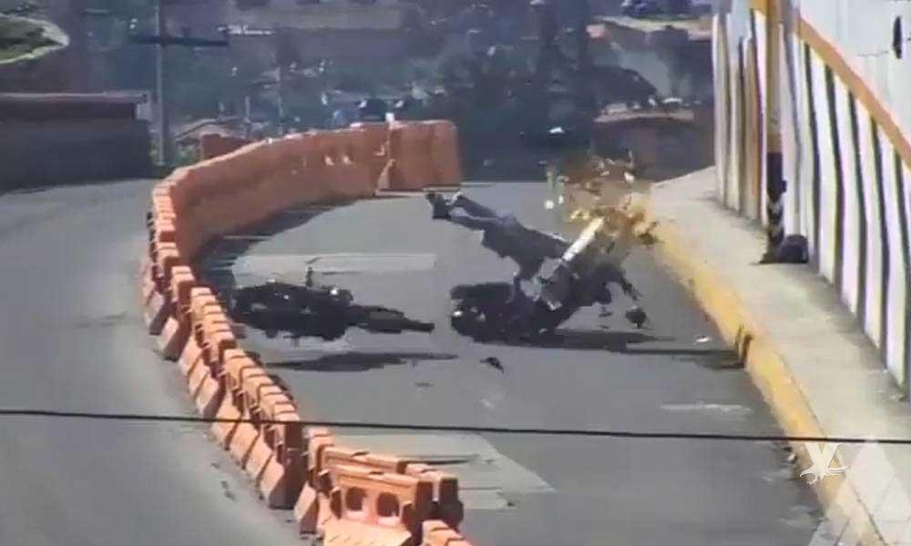 (VIDEO) Motociclistas chocan de frente en la carretera