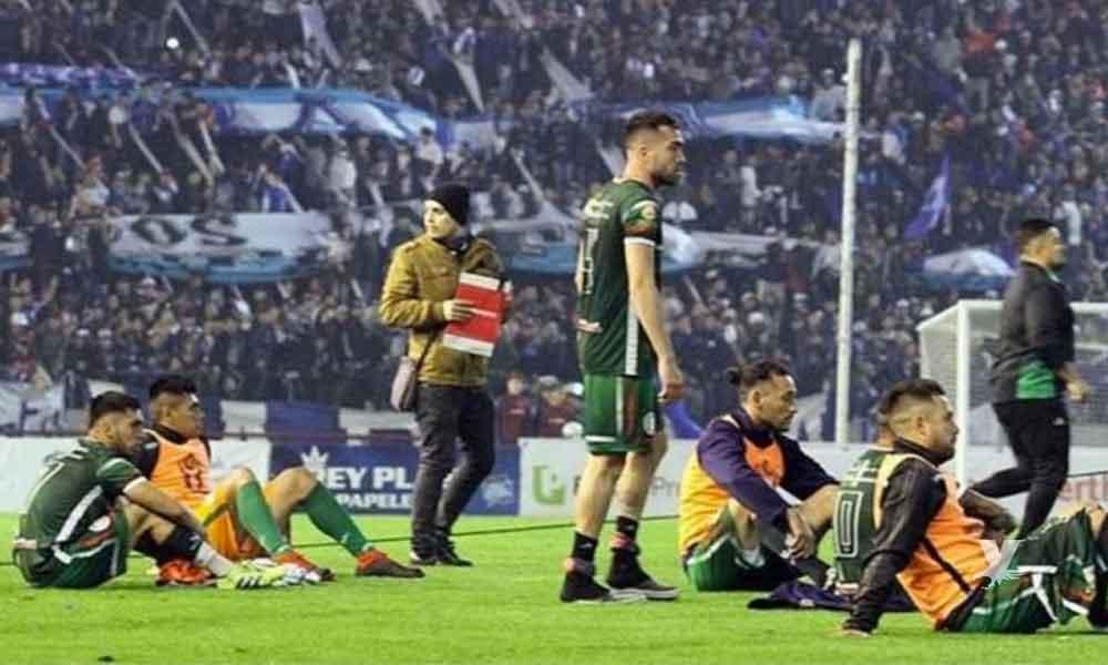 (VIDEO) Equipo de fútbol abandona partido por ascenso al sentirse afectado con desiciones arbitrales