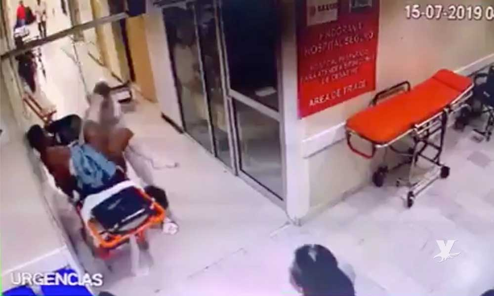 (VIDEO) Paciente se levanta de la camilla para agredir a golpes a una enfermera
