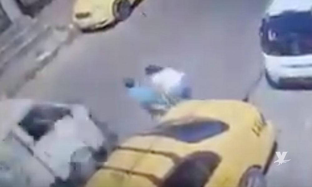 (VIDEO) Niño suelta la mano de su madre, corre a la calle y es atropellado