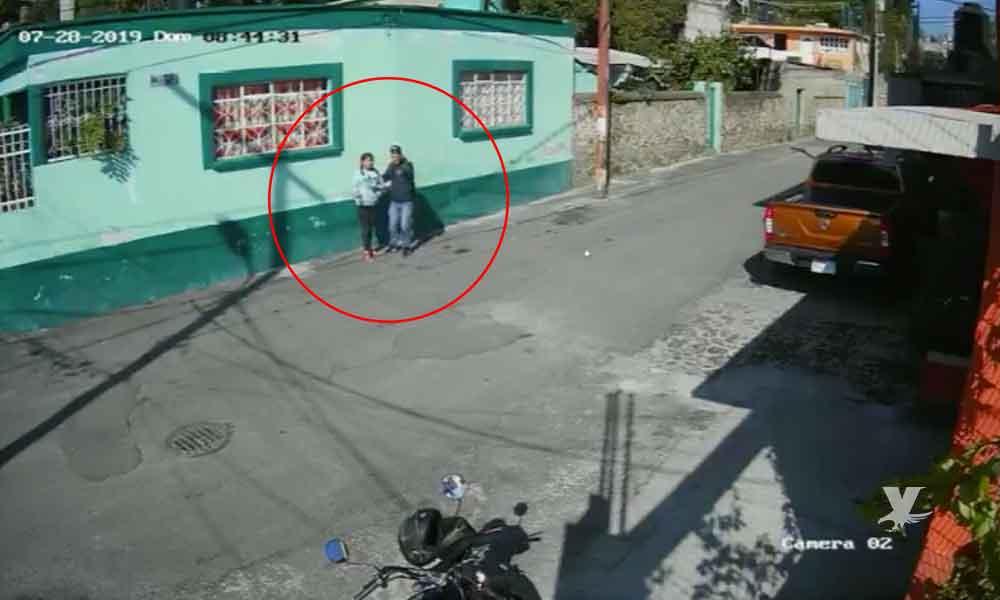 (VIDEO) Motociclista intenta secuestrar a una joven a la vista de otros peatones